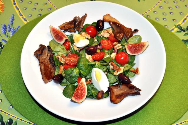 Feldsalat mit gebratenen Austernpilzen, Feigen, Walnüssen, Tomaten, schwarzen Oliven und Ei, bunt garniert ... Foto: Brigitte Stolle