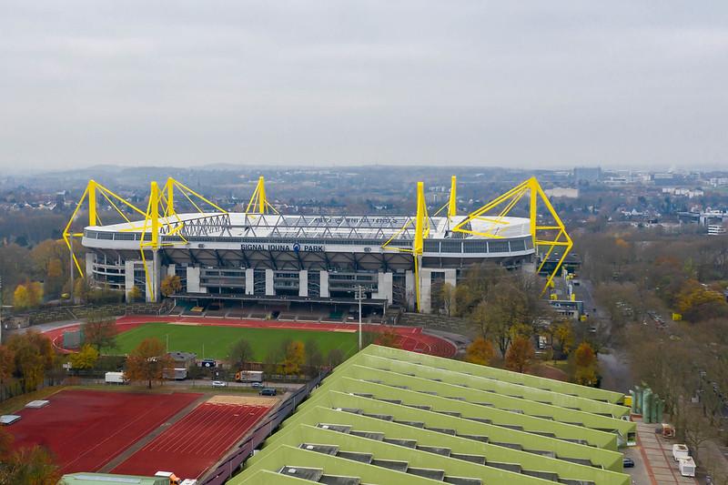 Luftbild des Fußballstadion Signal Iduna Park und Außengelände mit Trainingsplatz in Dortmund