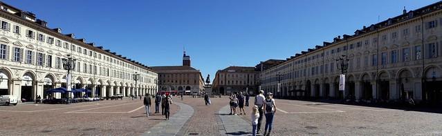 Piazza San Carlo, il 'salotto' di Torino, vista verso Piazza Castello, da cui spunta la Torre Littoria (1933-1934). Torino, Italia