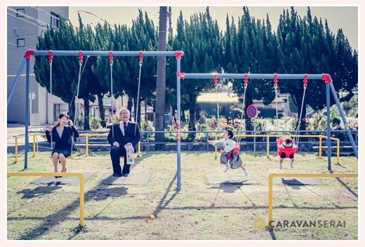七五三参りを終え公園のブランコで遊ぶ家族