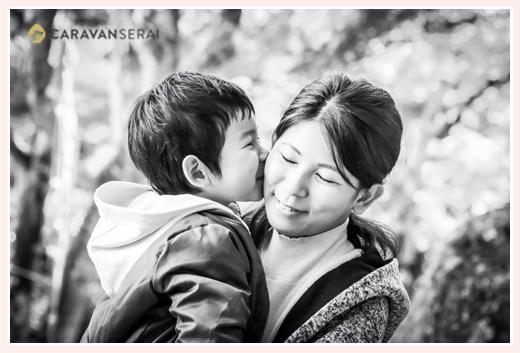 ママにキスする男の子 ファミリーフォト
