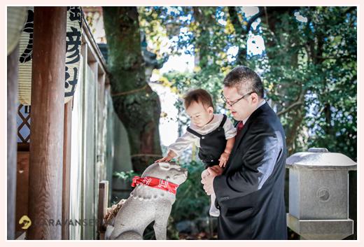 七五三 神社の狛犬をなでる赤ちゃん