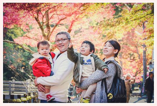 紅葉真っ盛りの岩屋堂(愛知県瀬戸市)を訪れた家族の写真