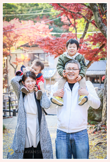 家族写真 秋の紅葉の時期 子供たちを肩車して