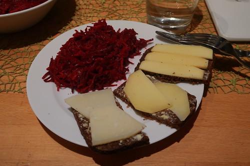 Käsereste auf Schwarzbrot zum Rest vom Rote Bete Salat