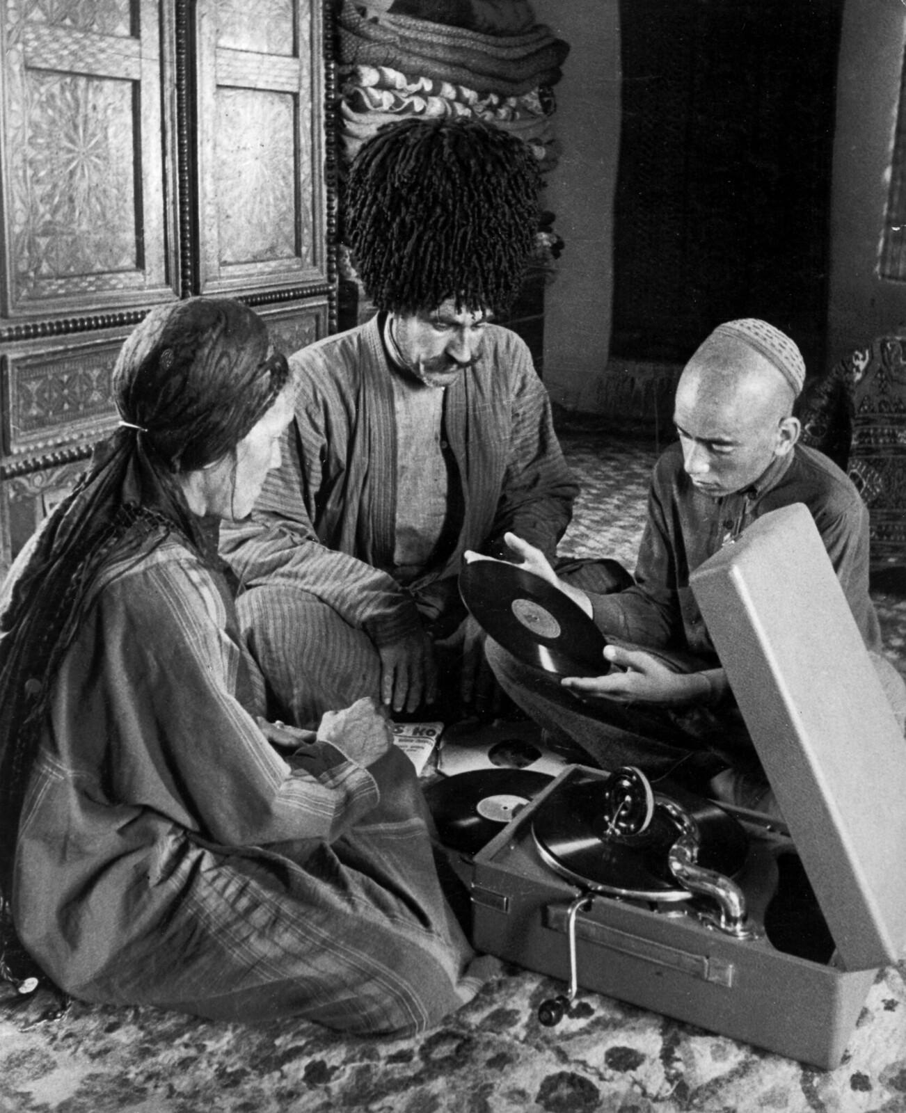 1938. «Колхозники в Туркмении ведут богатую и культурную жизнь», октябрь