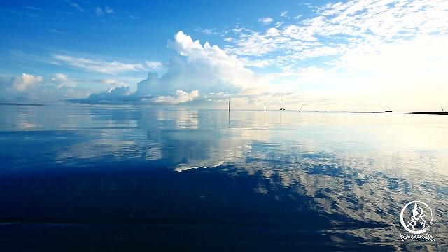 風もなくリゾート前の海は凪々です