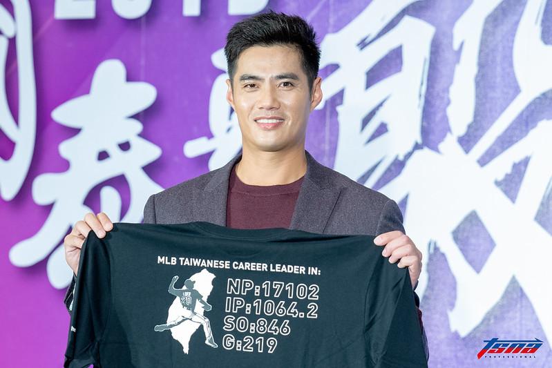 陳偉殷與「紀錄T恤」。(特派記者王啟恩/攝)