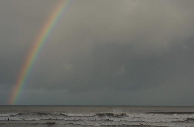 El mar Cantábrico, la surfista y el arco iris.