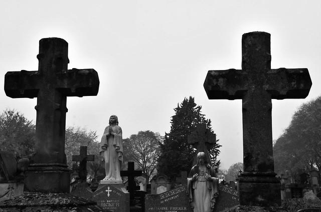 """""""Sur le mur d'un cimetière j'ai lu : """"Défense de déposer des ordures."""" Pourtant, aucun corbillard ne fait jamais demi-tour !"""" (Pierre Doris)"""