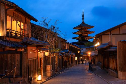 kyoto japan gion yasaka yasakanotou pagoda evening japanese street buddhist temple historic shinto shintoism