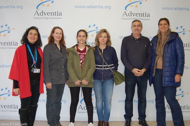 Abril Alonso, ganadora del I Concurso de Dibujo 'Navidad en mi Comercio' visita junto a sus compañeros del CEIP Francisco de Vitoria la Escuela de Pilotos Adventia