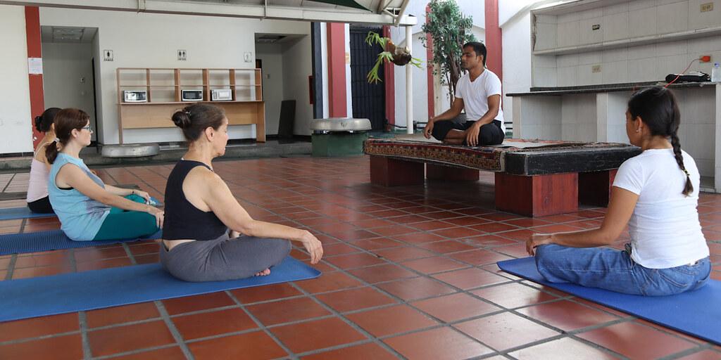 Trabajadoras de la Cancillería practican ejercicio de meditación mediante clase magistral de yoga