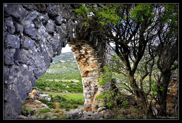 Voûte intacte parmi les ruines du château de Périllos