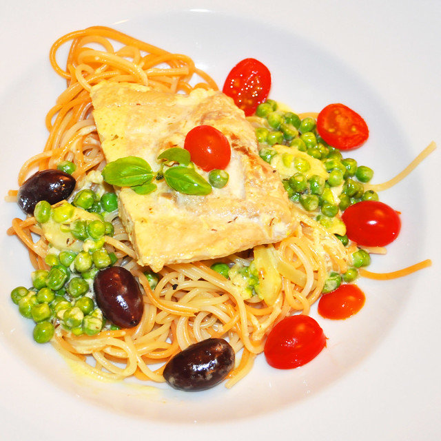November 2019. Wildlachs in Sahnesauce auf Bio-Spaghetti mit Tomaten, Oliven und Erbsen ... Foto: Brigitte Stolle
