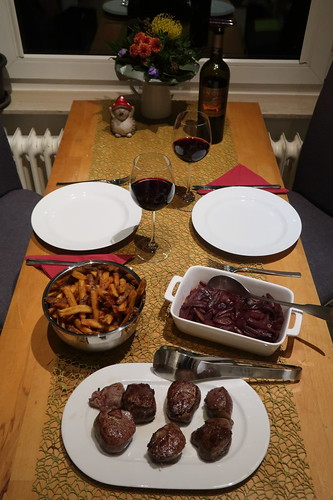 Kurz gebratene Fohlenfiletstücke mit Rotweinschalotten und Pommes (Tischbild)