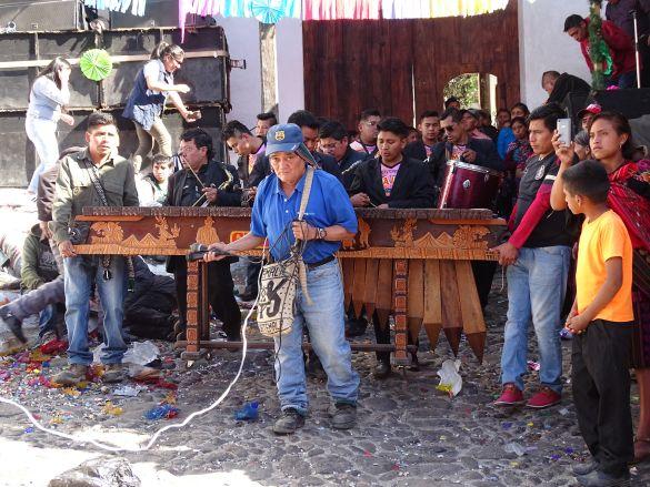DSC00375GuatemalaChichicastenangoSantoTomasZpGaatDeMuziekMeeVersterkt