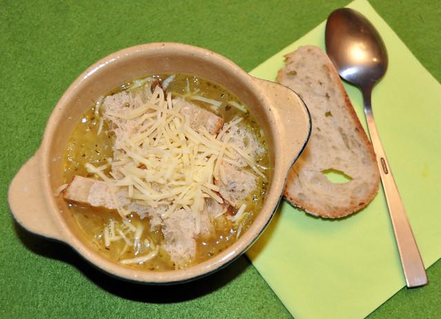Heiße Zwiebelsuppe mit Baguettestückchen, Weißwein und geriebenem Käse ... Foto: Brigitte Stolle