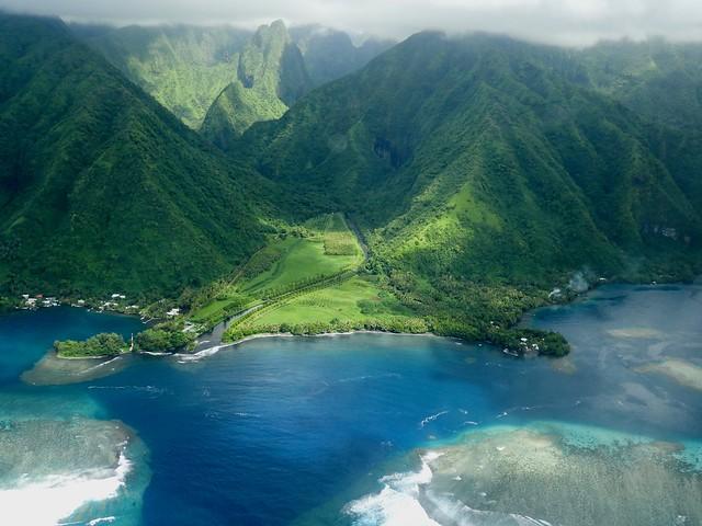 Vue aérienne d'une passe dans le lagon, côte est de Tahiti (Polynésie française)