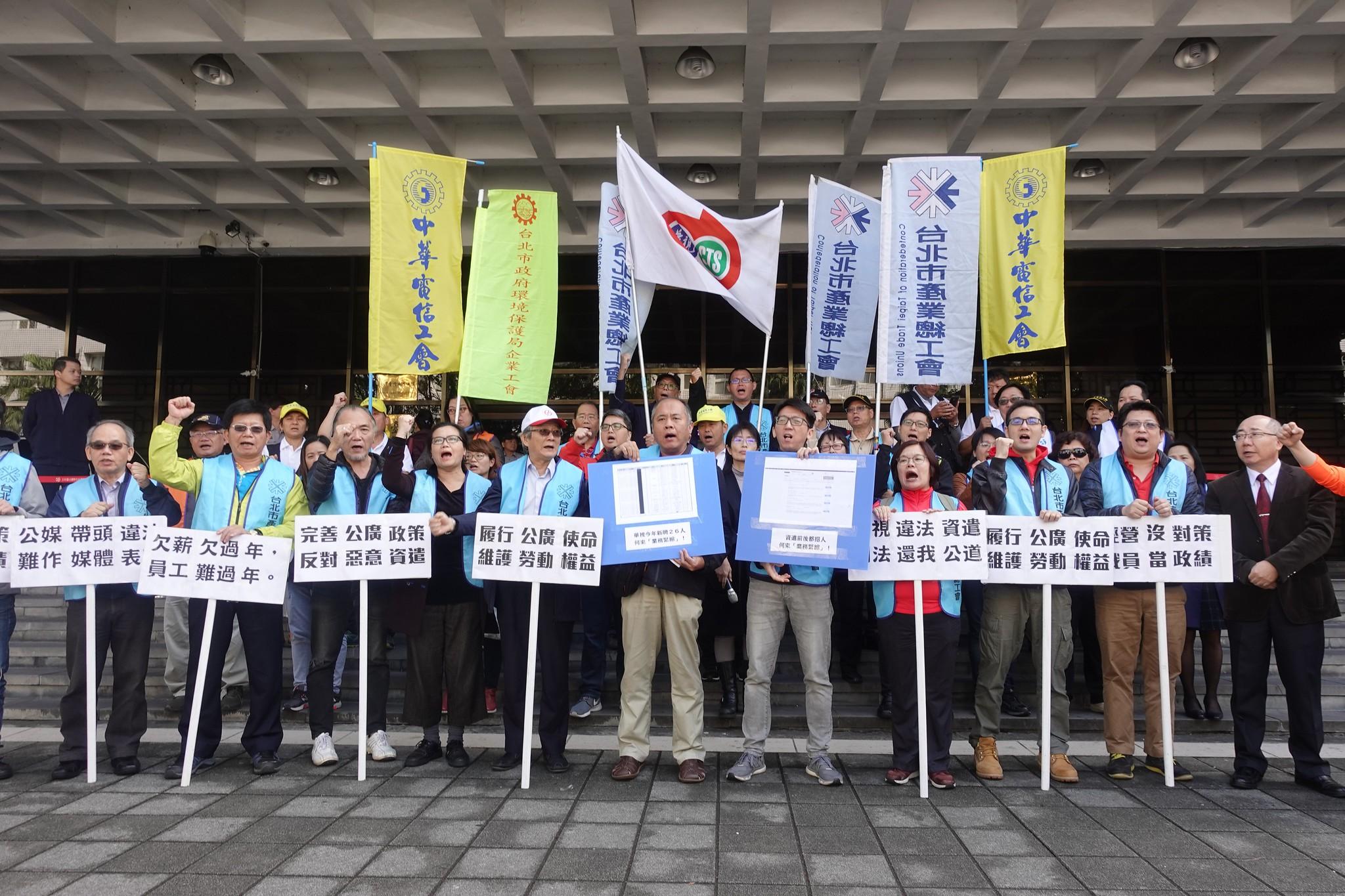 華視企業工會和台北市產業總工會陪同當事人到法院提告。(攝影:張智琦)