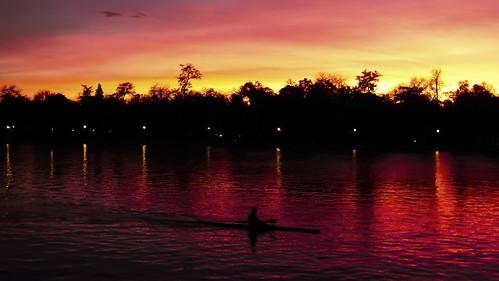 retiro lake sunset madrid evening red colors clouds sky cielo reflection silhouette autumn nikon panorama learuizdonoso
