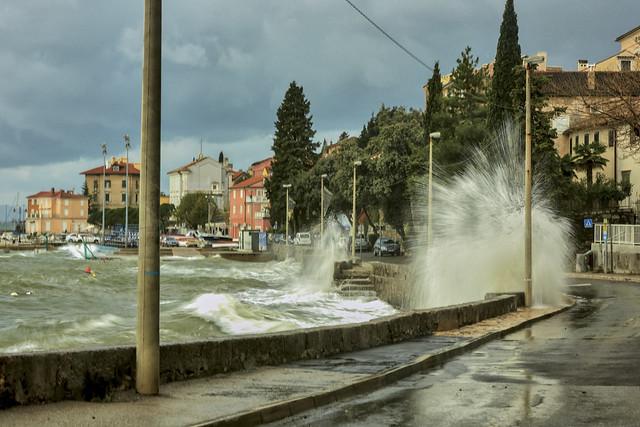 Razbijanje valova o stijene i obalu - Volosko