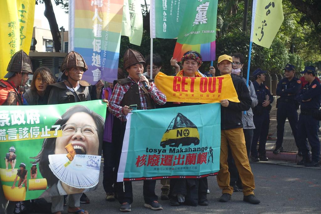 蘭嶼國小校長胡龍雄(左3)發言。攝影:許芷榕