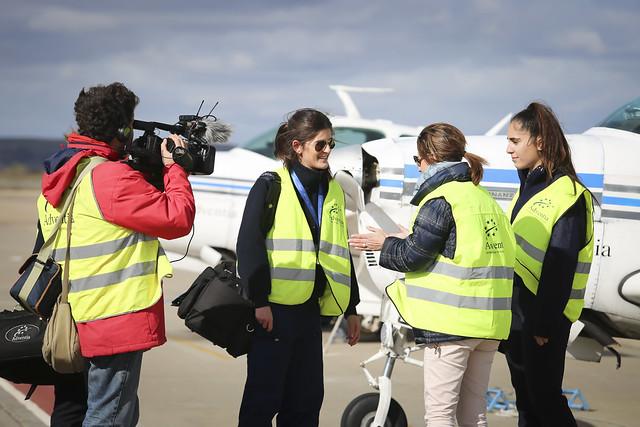 La periodista de TVE, Nuria Ramos, entrevista a una alumna de Adventia antes de realizar su misión práctica de vuelo.