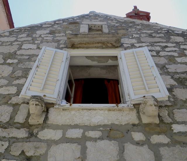 En levant les yeux, ulica Ivana Rabljanina, Rab, île de Rab, Comitat de Primorje-Gorski Kotar, Croatie.