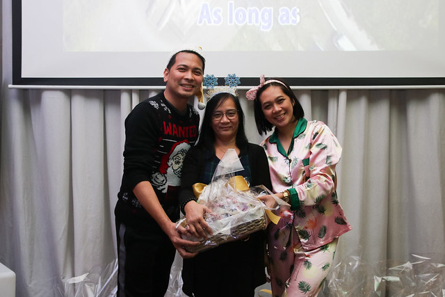 GM Ken Kapulong and DOS Kathy Namuag gives Seda's gift to the Davao media (9)