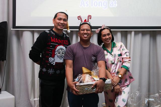 GM Ken Kapulong and DOS Kathy Namuag gives Seda's gift to the Davao media (5)