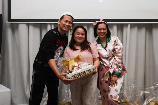 GM Ken Kapulong and DOS Kathy Namuag gives Seda's gift to the Davao media (4)