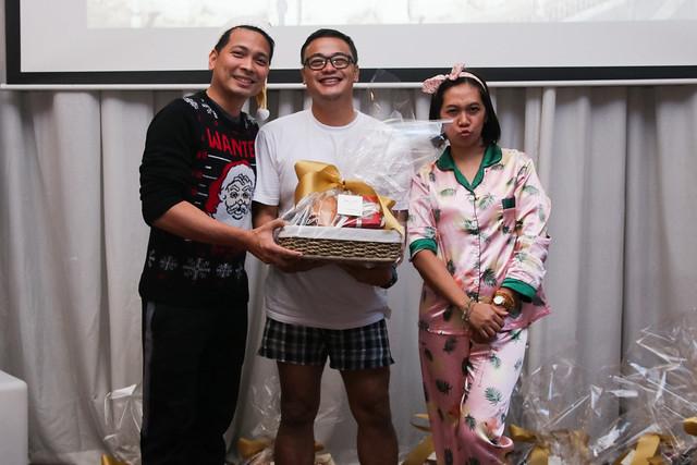 GM Ken Kapulong and DOS Kathy Namuag gives Seda's gift to the Davao media (3)