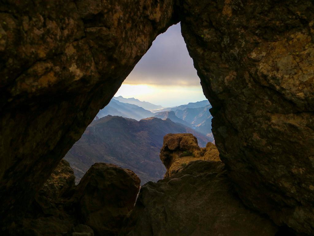 Vistas desde el Roque Nublo a través de una ventana entre rocas