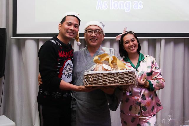 GM Ken Kapulong and DOS Kathy Namuag gives Seda's gift to the Davao media (6)