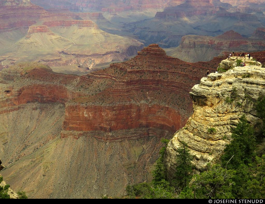 20160826_42k People on rock, seen from Rim Trail, Grand Canyon, Arizona