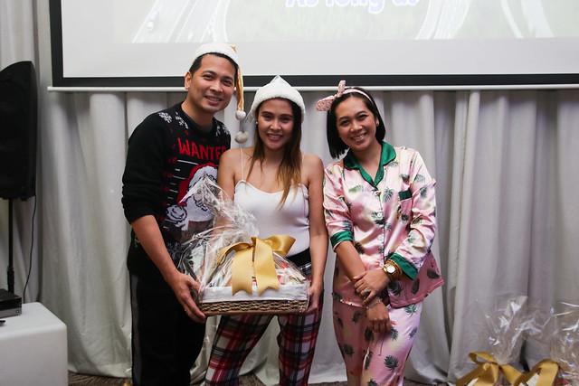 GM Ken Kapulong and DOS Kathy Namuag gives Seda's gift to the Davao media (16)