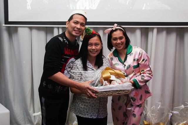 GM Ken Kapulong and DOS Kathy Namuag gives Seda's gift to the Davao media (14)