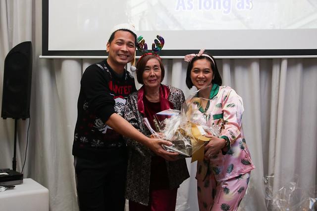 GM Ken Kapulong and DOS Kathy Namuag gives Seda's gift to the Davao media (7)