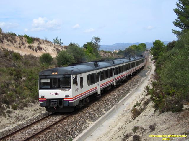 Tren de media distancia de Renfe (Línea Xàtiva-Alcoi) a su paso por MONTAVERNER (Valencia)