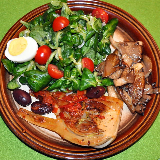 November 2019 ... Gebratene Fenchelknolle, Austernpilze, Tomaten, Oliven auf Feldsalat mit Ei ... Foto: Brigitte Stolle