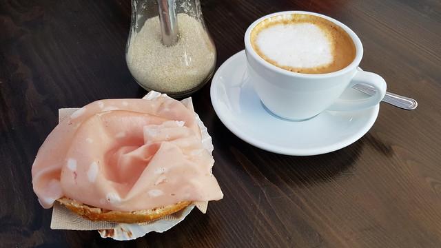 Cappuccino und mit Mortadella belegte Brötchenhälfte (Lindes Café auf dem Osnabrücker Wochenmarkt