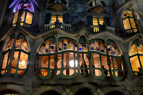 city building architecture modernism modernismo decor decoration column wall window balcony color colour colores colours colors light dark shadow shadows casabatlló night nightview nightshot gaudí barcelona people outside outdoor