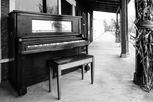 antique piano storefront shirley arkansas 2019 usa monochrome blackwhite nikon z7 nef raw lr