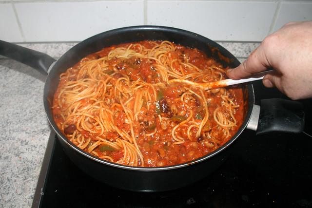 23 - Nudeln mit Sauce vermischen / Mix pasta with sauce