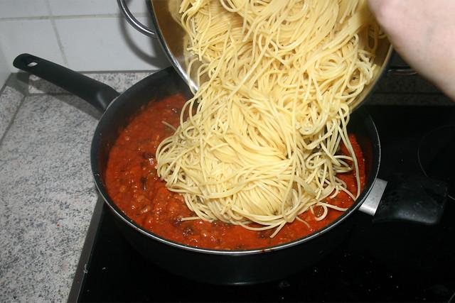 22 - Nudeln in Sauce geben / Put pasta in sauce