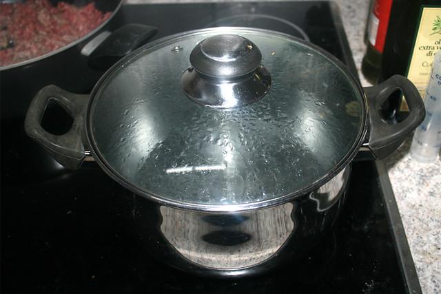 03 - Topf zum kochen der Nudeln aufsetzen / Bring water to a boil to cook pasta