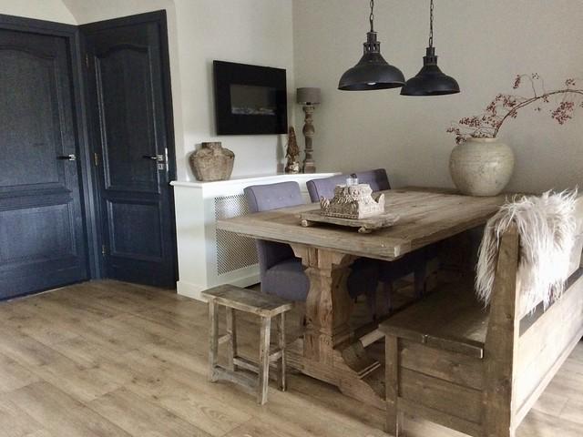 Tafel met kolompoot houten bank landelijk wonen