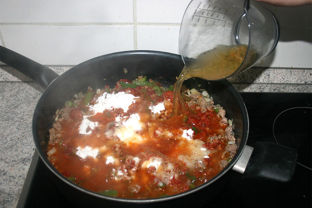 10 - Mit Gemüsebrühe ablöschen / Deglaze with vegetable broth
