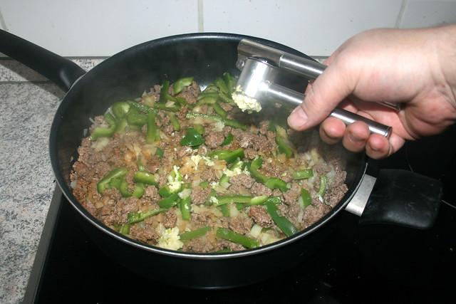 06 - Knoblauch pressen / Squeeze garlic